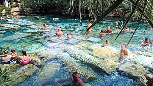 Pamukkale'de kar altında termal havuz keyfi