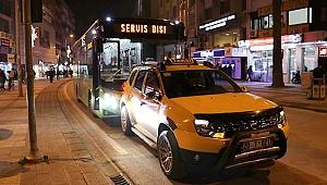Sürücüsünün el frenini çekmeden bıraktığı taksi kırmızı ışıkta bekleyen halk otobüsüne çarptı