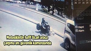 Motosikletin hafif ticari araca çarpma anı güvenlik kamerasında