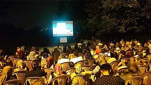 Baraj manzarasında sokak sineması keyfi