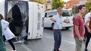 Servis minibüsü ile otomobil çarpıştı