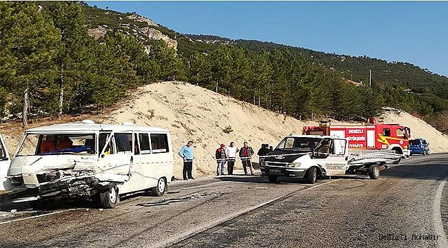 Denizli'de minibüsle kamyonet çarpıştı 4 kişi yaralandı