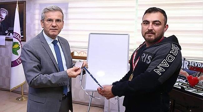 Tomrukla çalışan halterci Türkiye şampiyonu oldu