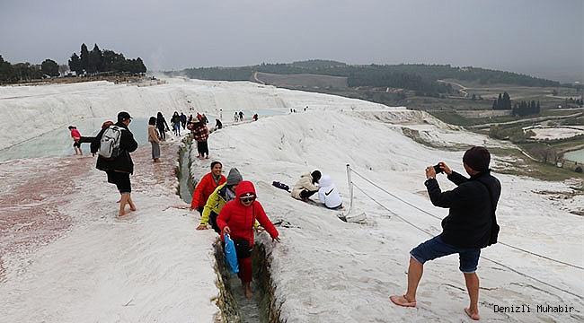 """""""Beyaz cennet"""" Pamukkale, yeni yılın ilk gününde ziyaretçilerini ağırladı"""