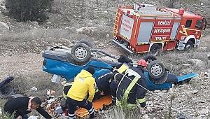 Denizli'de şarampole devrilen otomobilde sıkışan iki yaralı kurtarıldı