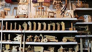 Tekstil fabrikasına kurduğu atölyede çalışanlarına marangozluğu öğretiyor