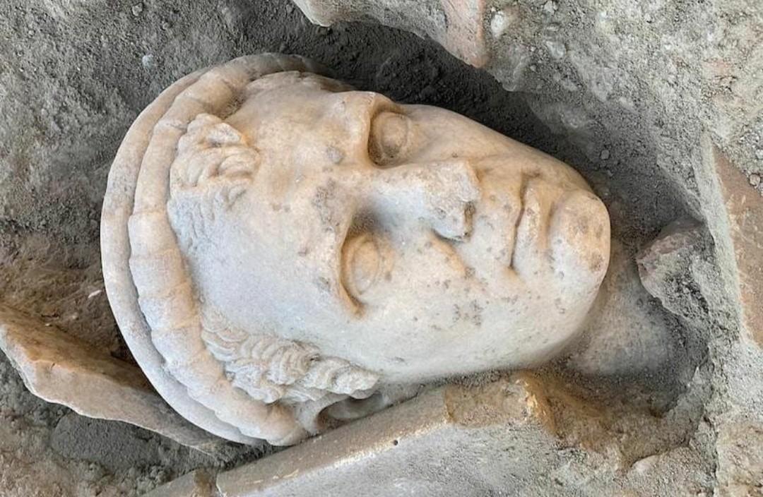 Laodikya'da 2 bin yıllık yıllık rahip heykeli başı bulundu