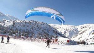 Ergan'da kış manzaralı yamaç paraşütü