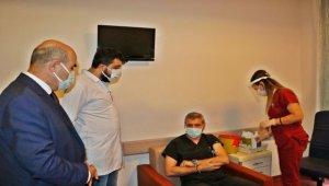 Mardin'de sağlık çalışanları aşı oldu