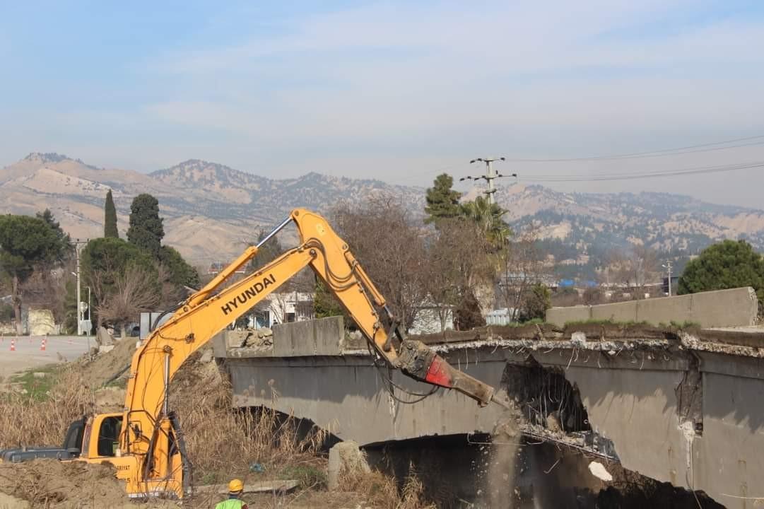 Yıllardır yıkılma ihtimaline karşı kullanılan köprü yıkılıyor