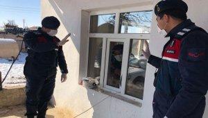Aksaray'da karantinadaki ailenin yardım talebine Jandarma yetişti