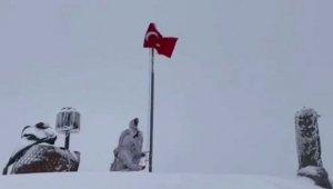 Mehmetçik'ten karlar altında bayrak değişimi
